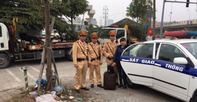 Không bắt được xe, người phụ nữ được CSGT Hà Nội đưa về quê đón Tết