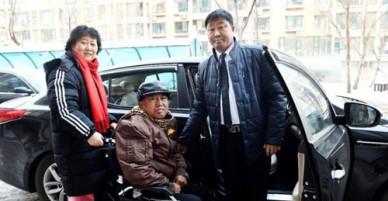 Tài xế taxi 2 năm chở cặp vợ chồng già ốm đau đến bệnh viện miễn phí