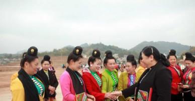 Phó Chủ tịch Thường trực Quốc hội Tòng Thị Phóng vui xuân cùng đồng bào Sơn La