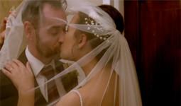 Nữ cảnh sát chỉ biết chồng là triệu phú khi làm lễ cưới