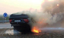 Ôtô cháy rụi sau khi lật ngửa