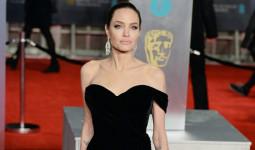 Angelina Jolie vai trần quyến rũ trên thảm đỏ