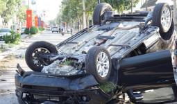 Ôtô lật ngửa giữa đường, người dân kéo tài xế ra ngoài - VnExpress