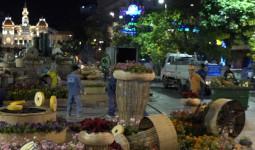 200 người tất bật dọn đường hoa Nguyễn Huệ trong đêm - VnExpress