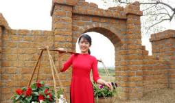 Thiếu nữ đất Cảng diện áo dài trong không gian văn hóa Việt xưa