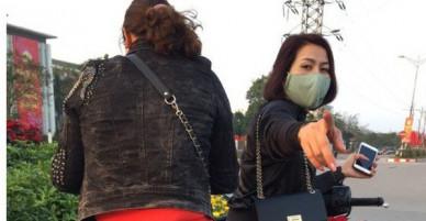 """Clip bức xúc: Hai nữ """"ninja"""" Hà Nội đi SH trộm hoa Tết ở vòng xuyến và văng tục khi bị tài xế ô tô nhắc nhở"""