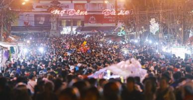 Cảnh tượng đông đến nghẹt thở ở trung tâm Đà Lạt chiều tối mùng 5 Tết