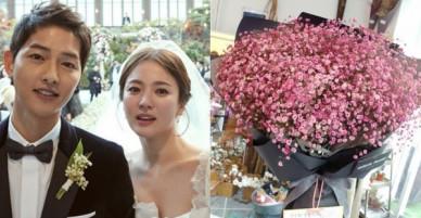 Song Joong Ki tặng Song Hye Kyo bó hoa cực đại, khen bà xã đẹp nhất vũ trụ nhân dịp kỷ niệm 100 ngày cưới
