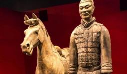 Khách Tây gây phẫn nộ vì bẻ tượng cổ triệu đô của Trung Quốc