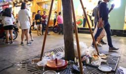 Rác ngập phố đi bộ Nguyễn Huệ sau Tết và tâm tư của người trẻ: Rác ơi, đừng khóc khi không được về nhà