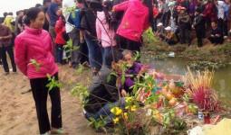 Người dân đổ xô đi xem cá lạ nổi trên kênh, thắp hương vì cho là cá thần