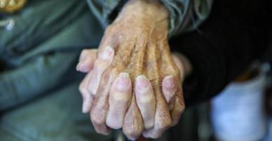 Cái nắm tay thật chặt của cặp vợ chồng già sống với nhau tới bách niên giai lão gây xúc động mạnh