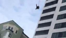 Nhảy từ tầng 24 xuống nhưng dù không bung ra, người đàn ông sống sót đầy kỳ tích khiến ai cũng thở phào