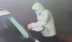 Clip: Mặc áo trùm mũ và đeo khẩu trang, kẻ gian thản nhiên vặt trộm 2 gương chiếu hậu của xế hộp Range Rover