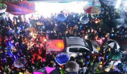 Đêm mùng 7 Tết, dòng người đội mưa nhích từng bước một vào chợ Viềng mua may bán rủi