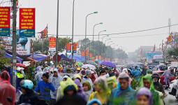 Hàng chục nghìn người đổ về chợ Viềng mua may bán rủi