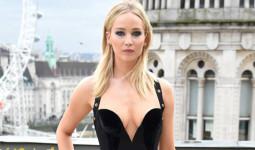 Jennifer Lawrence mặc sexy bất chấp giá rét ở London