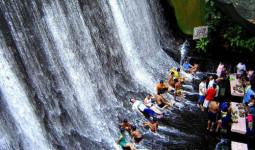 Nhà hàng Philippines hút khách nhờ nằm ngay chân thác nước