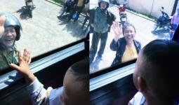 Hình ảnh ông bà ngoại bịn rịn chia tay cháu qua cửa kính xe khách làm thắt lòng phận con gái lấy chồng xa