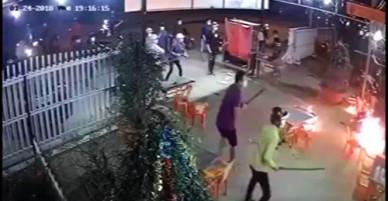 20 thanh niên đuổi chém chủ quán sau cuộc nhậu không trả tiền