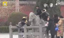 Du khách Trung Quốc cố tình cưỡi ngựa đá 1.000 năm tuổi