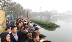 Người Hà Nội đội mưa xem đua thuyền rồng giữa hồ Tây
