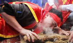Dân làng ở Hà Nội thi giã thóc, nấu cơm - VnExpress