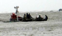 Cứu 11 ngư dân trên tàu cá Quảng Ngãi bị chìm