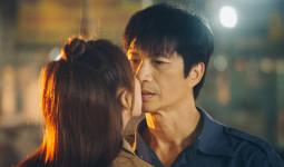 Dustin Nguyễn đơ người khi được Thu Trang chủ động khoá môi