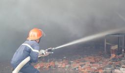 Xưởng sơn gỗ 1.000 m2 ở Bình Dương cháy rụi ngày khai trương - VnExpress