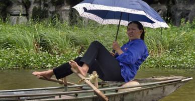 Người lái đò Việt Nam vang danh trên báo nước ngoài với kỹ nghệ chèo thuyền bằng chân vô cùng ấn tượng