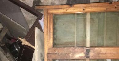 Chụp ảnh lưu niệm trước khi căn nhà cổ bị phá dỡ, 6 người trong nhà bất ngờ bị mắc kẹt bên trong