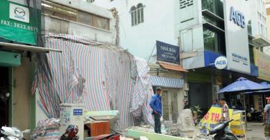Khối bê tông nặng hàng tấn sập xuống vỉa hè tại TP Hồ Chí Minh