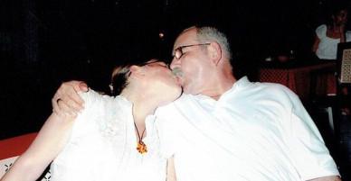 Chồng bị lăng mạ là kẻ ấu dâm suốt 10 năm vì 2 người chênh nhau 29 tuổi, vợ chịu không nổi năn nỉ chồng dọn đi nơi khác