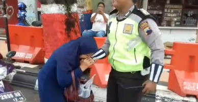 Cắn cảnh sát sau khi bị yêu cầu dừng xe vì không đội mũ bảo hiểm