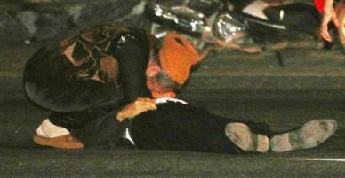 Nghệ An: Cụ bà gào khóc giữa đường, ngồi ôm thi thể chồng bị xe đầu kéo cán tử vong