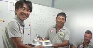 HLV Miura gây bất ngờ khi tổ chức sinh nhật cho trợ lý trong phòng họp