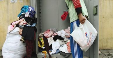 Cái kết buồn của tủ quần áo ai thừa ủng hộ, ai thiếu đến lấy ở Hà Nội: Người gom đồ từ thiện đi bán, người tặng cả áo rách, quần lót cũ
