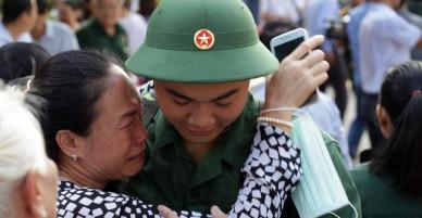Bí thư Thành uỷ TP Hồ Chí Minh tặng hoa, động viên tân binh lên đường nhập ngũ