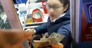 Đăng clip chửi nữ nhân viên trạm BOT vì không chào mình, tài xế xe tải bị người dùng mạng ném đá tới tấp