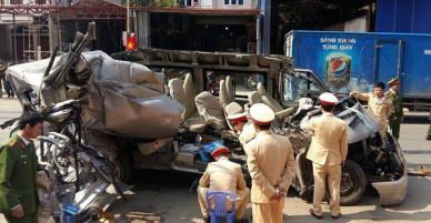 Sơn La: Xe du lịch va chạm với xe tải lúc rạng sáng, 14 người thương vong