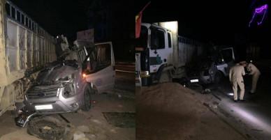 Sơn La: Va chạm với xe tải, xe du lịch nát bét
