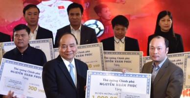 Xây 500 ngôi nhà từ tiền đấu giá bóng và áo tuyển U23 Việt Nam