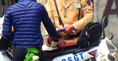 Hà Nội đình chỉ nhiều cảnh sát giao thông nghi nhận tiền mãi lộ