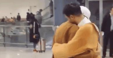 Anh chàng cầm hoa, mặc đồ thú bông đến sân bay đón bạn trai khiến mọi cô gái phát hờn