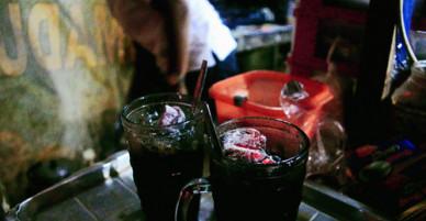 Ly cà phê duy nhất thế giới chứa than củi ở Indonesia
