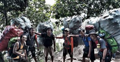 Bao rác to gấp đôi người được phượt thủ cõng xuống núi Bà Đen