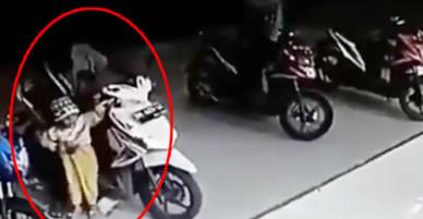 Em bé vô tình vặn ga khiến xe máy đâm vỡ cửa kính siêu thị