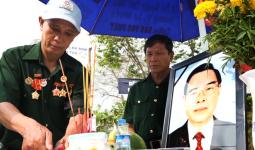 Người dân Củ Chi lập bàn thờ dọc đường đón linh cữu nguyên Thủ tướng Phan Văn Khải - VnExpress