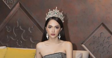 Hoa hậu Hương Giang mặc 4 bộ váy gợi cảm quay quảng cáo ở Thái Lan